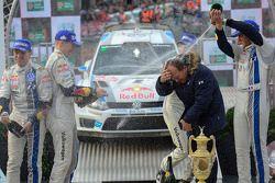 Vencedores Sébastien Ogier e Julien Ingrassia, Segundos colocados Jari-Matti Latvala e Miikka Anttila, terceiros colocados Thierry Neuville e Nicolas Gilsoul