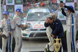 I vincitori Sébastien Ogier e Julien Ingrassia, secondi Jari-Matti Latvala e Miikka Anttila, terzi