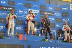 Podium: winner Yvan Muller, Chevrolet Cruze 1.6T, RML, 2nd Tiago Monteiro, Honda Civic Super 2000 TC, Honda Racing Team Jas, 3rd Robert Huff, SEAT Leon WTCC, ALL-INKL.COM Munnich Motorsport with winner of indipendent Alex MacDowall, Chevrolet Cruze 1.6T,