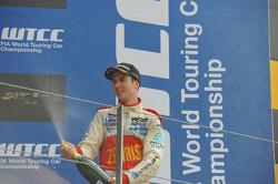 Podium: Alex MacDowall, Chevrolet Cruze 1.6T, bamboo-engineering