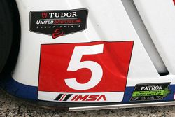 Nieuwe en oude logo's op de #5 Action Express Racing Corvette DP: Joao Barbosa, Christian Fittipaldi