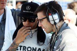 Lewis Hamilton, Mercedes AMG F1 con Peter Bonnington, Mercedes AMG F1 ingeniero enla parrilla