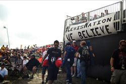 Fans y un banner para Lewis Hamilton, Mercedes AMG F1