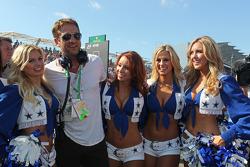 El actor Gerard Butler, en la parrilla, con las porristas de los Dallas Cowboys