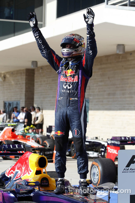 Sebastian Vettel, Red Bull Racing RB9 comemora his 8th consecutive win no parque fechado