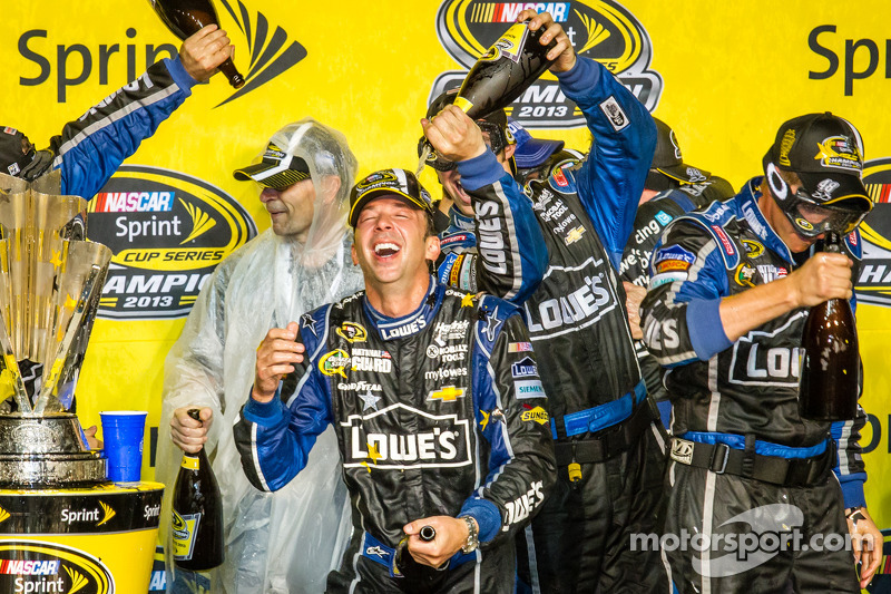 Championship victory lane: champagnedouche voor Chad Knaus