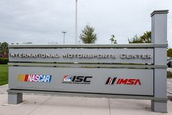 Logos da IMSA na saída do prédio da IMC
