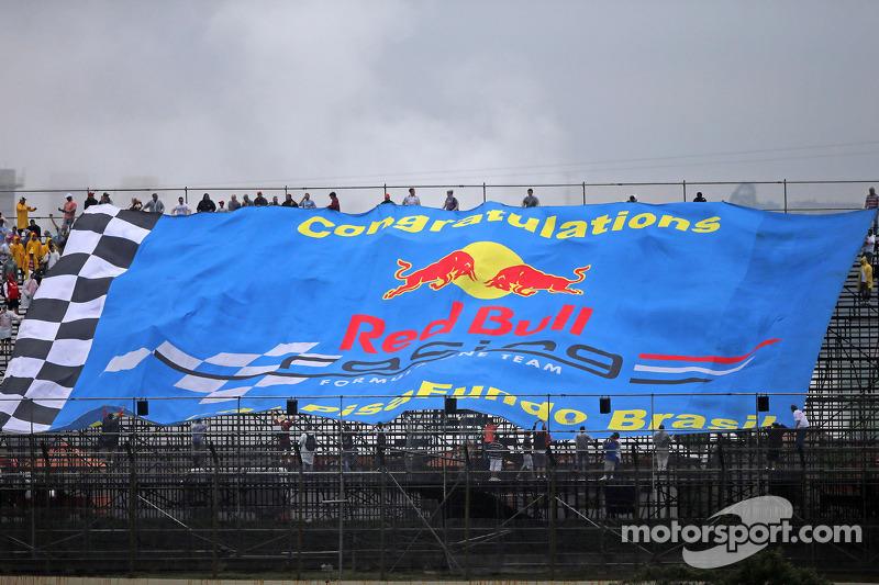 Het Red Bull Racing Team wordt gefeliciteerd via een grote banner