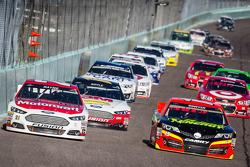 Trevor Bayne, Wood Brothers Racing Ford e Clint Bowyer, Michael Waltrip Racing Toyota