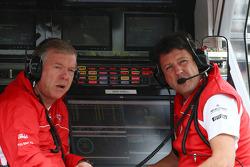 (Da esquerda para direita): Andy Webb, CEO da Marussia F1 Team, com Dave O'Neill, gerente da Marussia F1 Team