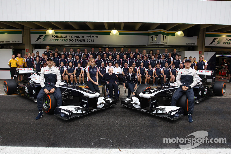 (L naar R): Pastor Maldonado, Williams; Susie Wolff, Williams Development Driver; Frank Williams, Eigenaar Williams; Claire Williams, Adjunct-teambaas Williams; en Valtteri Bottas, Williams FW35, op een teamfoto