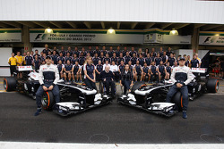 (Da esquerda para direita): Pastor Maldonado, Williams; Susie Wolff, piloto de desenvolvimento da Williams; Frank Williams, dono da Williams; Claire Williams, diretora da Williams; e Valtteri Bottas, Williams FW35, na foto do time