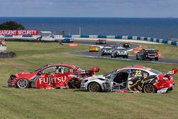 Les voitures accidentées d'Alexandre Prémat et de Fabian Coulthard