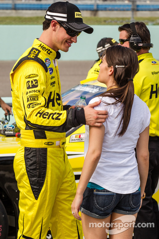 Joey Logano com sua namorada