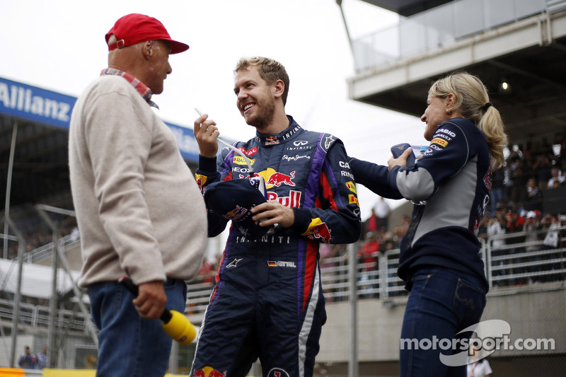 (L naar R): Niki Lauda, Mercedes Non-Executive Chairman met Sebastian Vettel, Red Bull Racing en Britta Roeske, Red Bull Racing Press Officer
