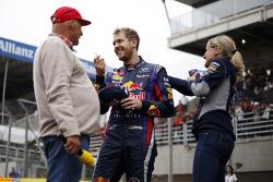 (Da esquerda para direita): Niki Lauda, presidente não executivo da Mercedes, com Sebastian Vettel, Red Bull Racing e Britta Roeske, assessora de imprensa da Red Bull Racing