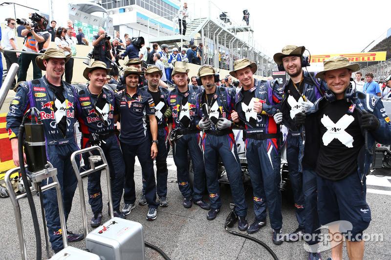 Mark Webber, y miembros del crew del auto de Red Bull Racing