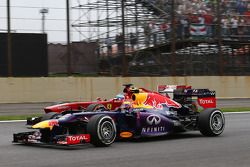 Mark Webber, Red Bull Racing RB9 and Fernando Alonso, Ferrari F138 battle for position
