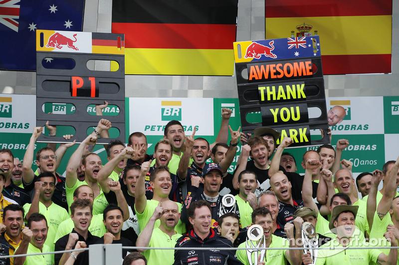Webber con todo el equipo Red Bull el día de su adiós