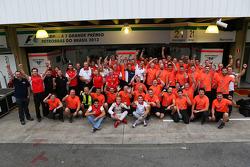 (Izq. A Der.): Rodolfo González, piloto reserva del equipo Marussia F1; Max Chilton y Jules Bianchi,