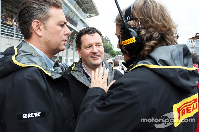 (L naar R): Mario Isola, Pirelli Racing Manager met Paul Hembery, Pirelli Motorsport Director op de grid