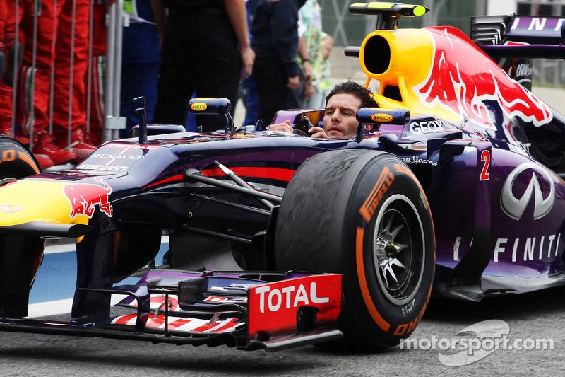 El segundo lugar, Mark Webber, Red Bull Racing RB9 llega al parc ferme sin su casco