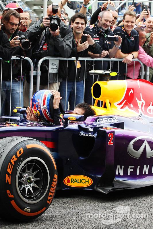 segundo colocado Mark Webber, Red Bull Racing RB9 chega no parque fechado withsai his capacete