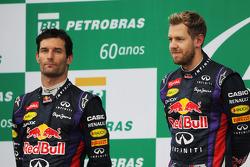 El podio: segundo clasificado Mark Webber, Red Bull Racing con el ganador del GP de Brasil 2013, Sebastian Vettel