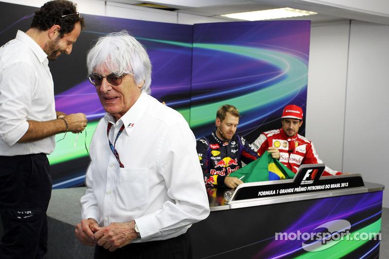 Bernie Ecclestone, CEO Formula One Group, geeft een Braziliaanse vlag, gesigneerd door alle rijders, aan Mark Webber, Red Bull Racing