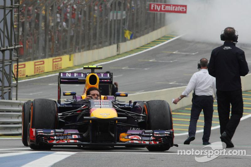 Mark Webber, Red Bull Racing RB9 llega al parque cerrado, ya sin casco tras terminar su último GP