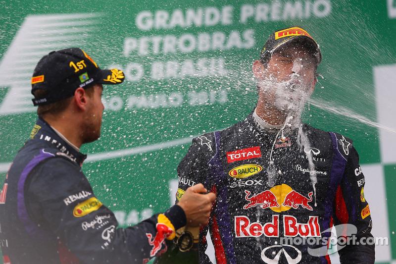 O vencedor Sebastian Vettel, Red Bull Racing comemora no pódio com parceiro Mark Webber, Red Bull Ra