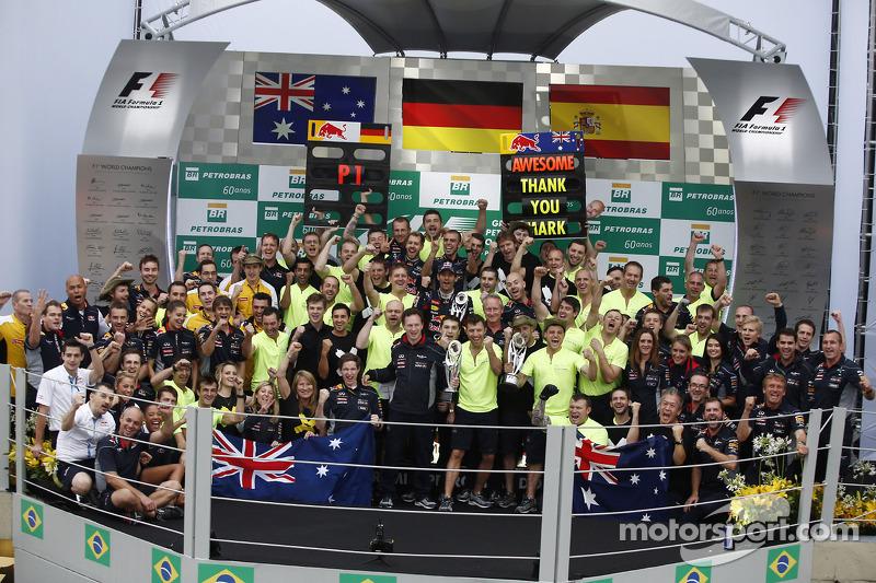 Feest voor racewinnaar Sebastian Vettel, Red Bull Racing en Mark Webber, Red Bull Racing, die zijn laatste race als tweede finishte