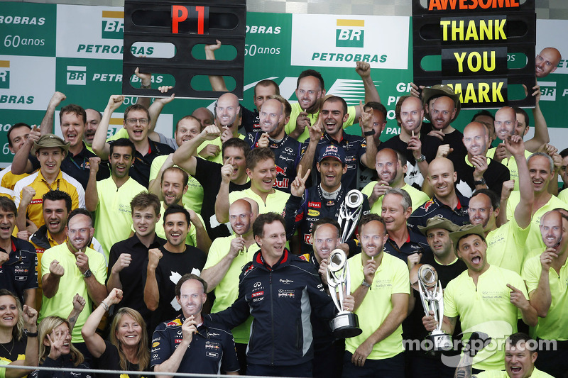 Mark Webber con todo el equipo Red Bull