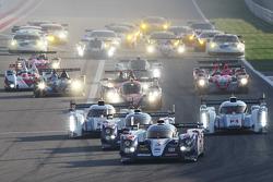 El #7 Toyota Racing Toyota TS030 - hybrid: Alexander Wurz, Nicolas Lapierre, Kazuki Nakajima lidera