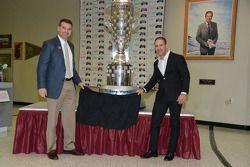 Tony Kanaan presenteert zijn evenbeeld op de Borg-Warner Trophy