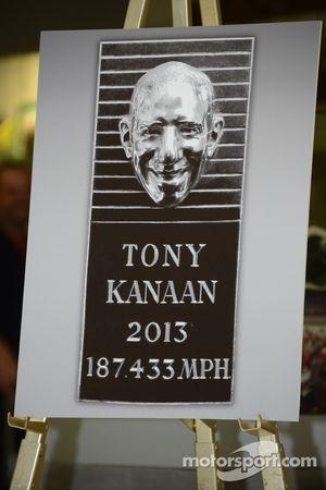 Tony Kanaan brinca durante the apresentação de seu rosto no Borg-Warner