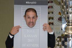 Tony Kanaan juega durante la presentación de su imagen en el trofeo Borg-Warner