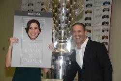 Tony Kanaan y esposa Lauren juegan durante la presentación de su imagen en el trofeo Borg-Warner