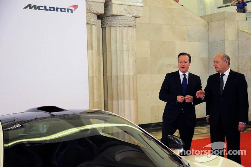 Primer ministro británico David Cameron con Ron Dennis, McLaren