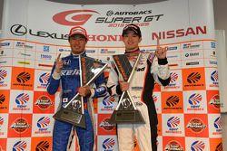 GT500 winnaar Koudai Tsukakoshi en GT300 winnaar Daiki Sasaki