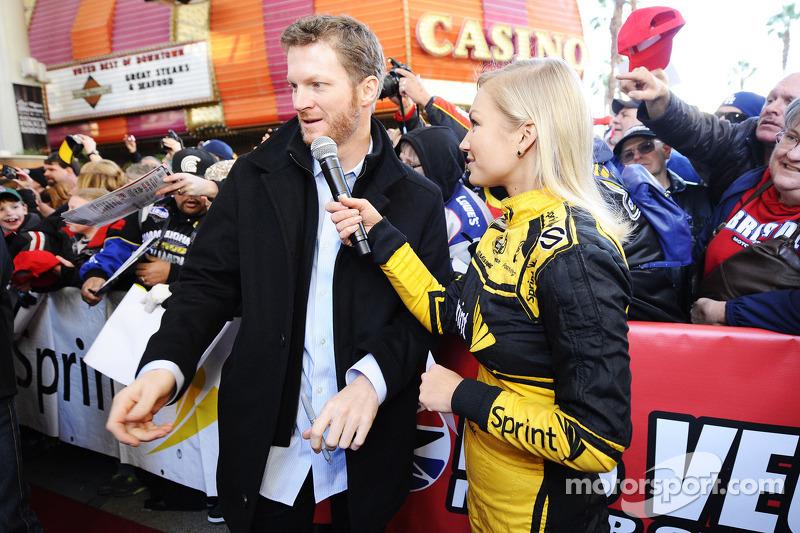 Dale Earnhardt Jr., Hendrick Motorsports Chevrolet met Miss Sprint Cup Brooke Werner