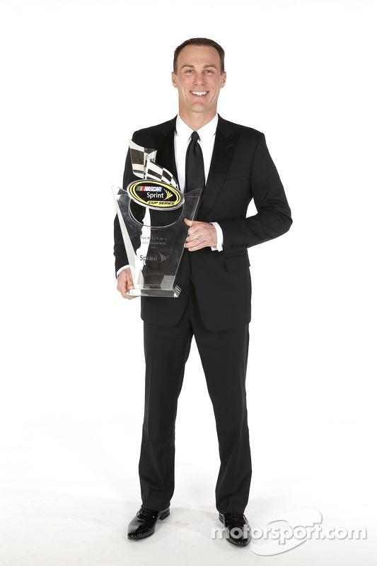 Kevin Harvick posa para o retrato com seu troféu de terceiro colocado