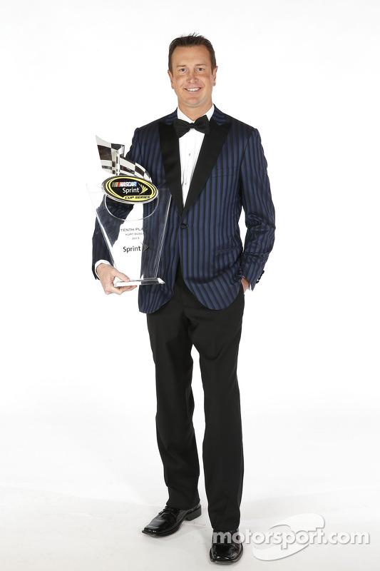 Kurt Busch posa para o retrato com o troféu da décima colocação