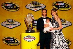 El campeón del 2013 Jimmie Johnson, su esposa Chandra y su hija Lydia Norriss