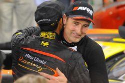 Racewinnaar Bernd Schneider viert het resultaat