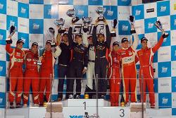 Overall pódio: vencedores Khaled Al Qubaisi, Bernd Schneider, Jeroen Bleekemolen