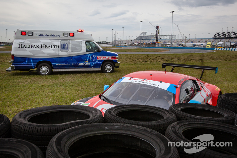 #35 Flying Lizard Motorsports 奥迪 R8 LMS: 赛斯·奈曼, 迪翁·冯莫尔特克, 亚历山德罗·拉蒂夫, 菲利普·阿布奎基 在轮胎垛旁
