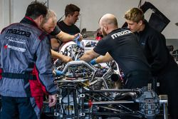 SpeedSource Mazda takım üyeleri çalışıyor