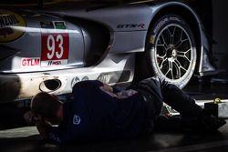 SRT Motorsports teamlid aan het werk