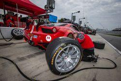 Scuderia Corsa teamlid aan het werk